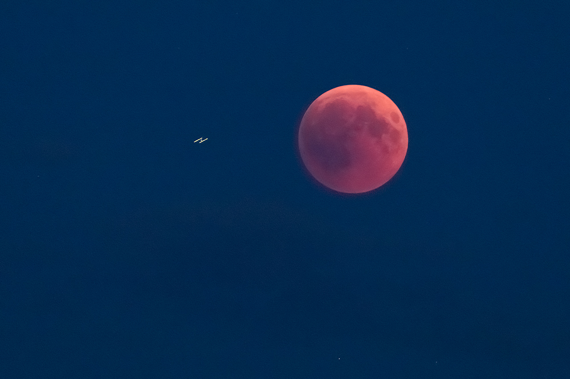 roter Mond mit ISS